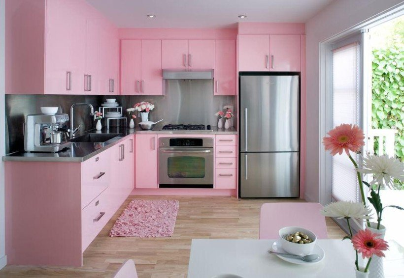 Кухня в рожевому кольорі: вибираємо меблі та аксесуари