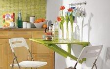 Откидной столик в интерьере маленькой кухни